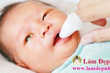 Cách rơ lưỡi cho trẻ sơ sinh bằng mật ong hiệu quả
